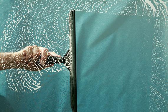 Le nettoyage des vitres par notre entreprise de service aux entreprise est réalisé par un agent de propreté qualifié dans le nettoyage des vitrines et le lavage des vitres. Le devis de nettoyage est gratuit.